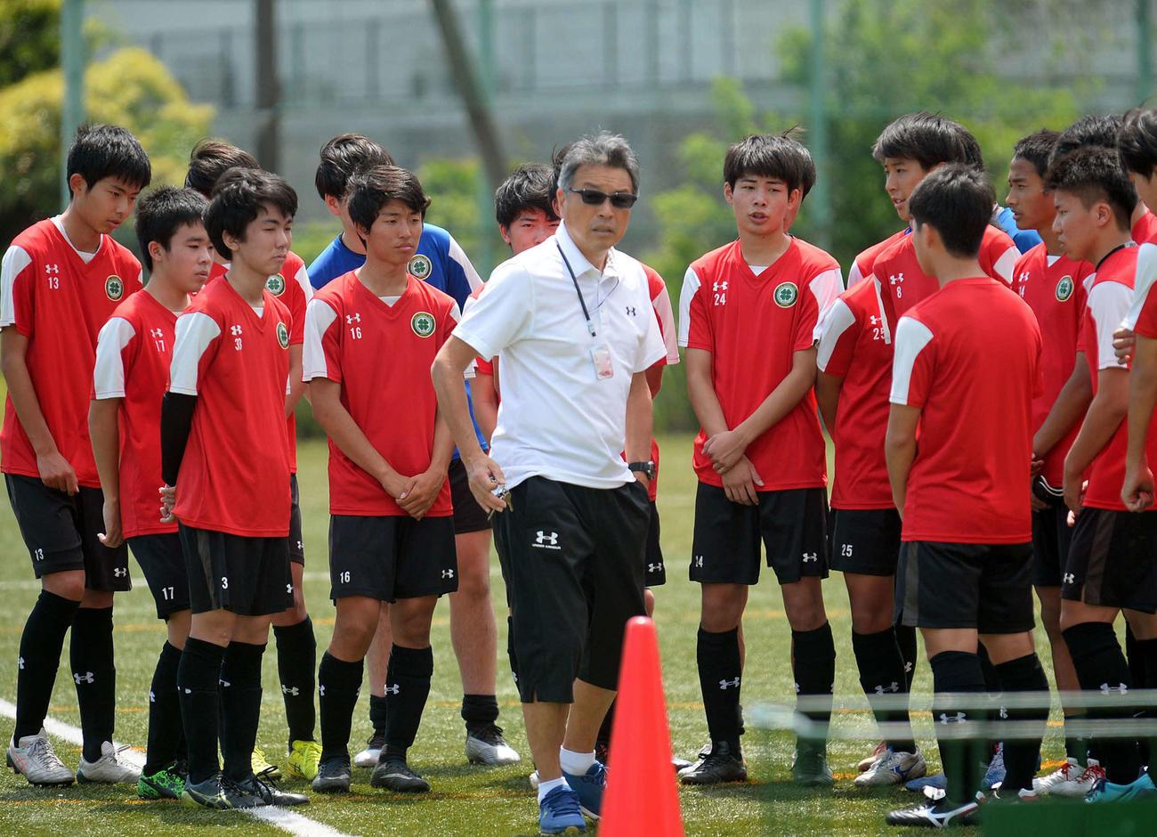 練習前に選手に指示を出す静清の田村監督(中央)