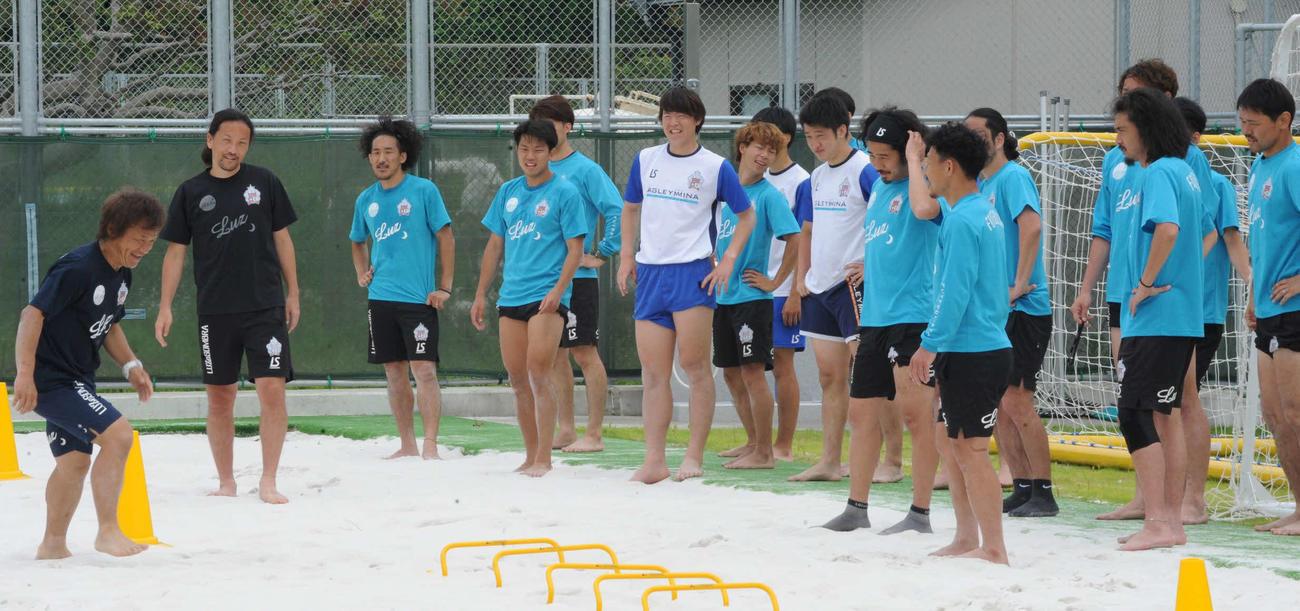 山元優典氏(左から2人目)らから練習内容の説明を受ける選手たち