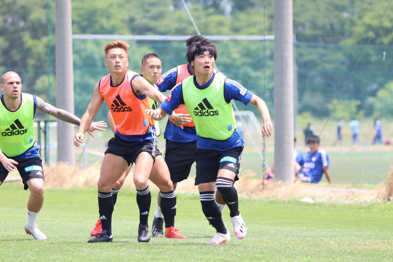 リーグ戦再開から主力でのプレーを誓う岡本(右)(C)ALBILEX NIIGATA