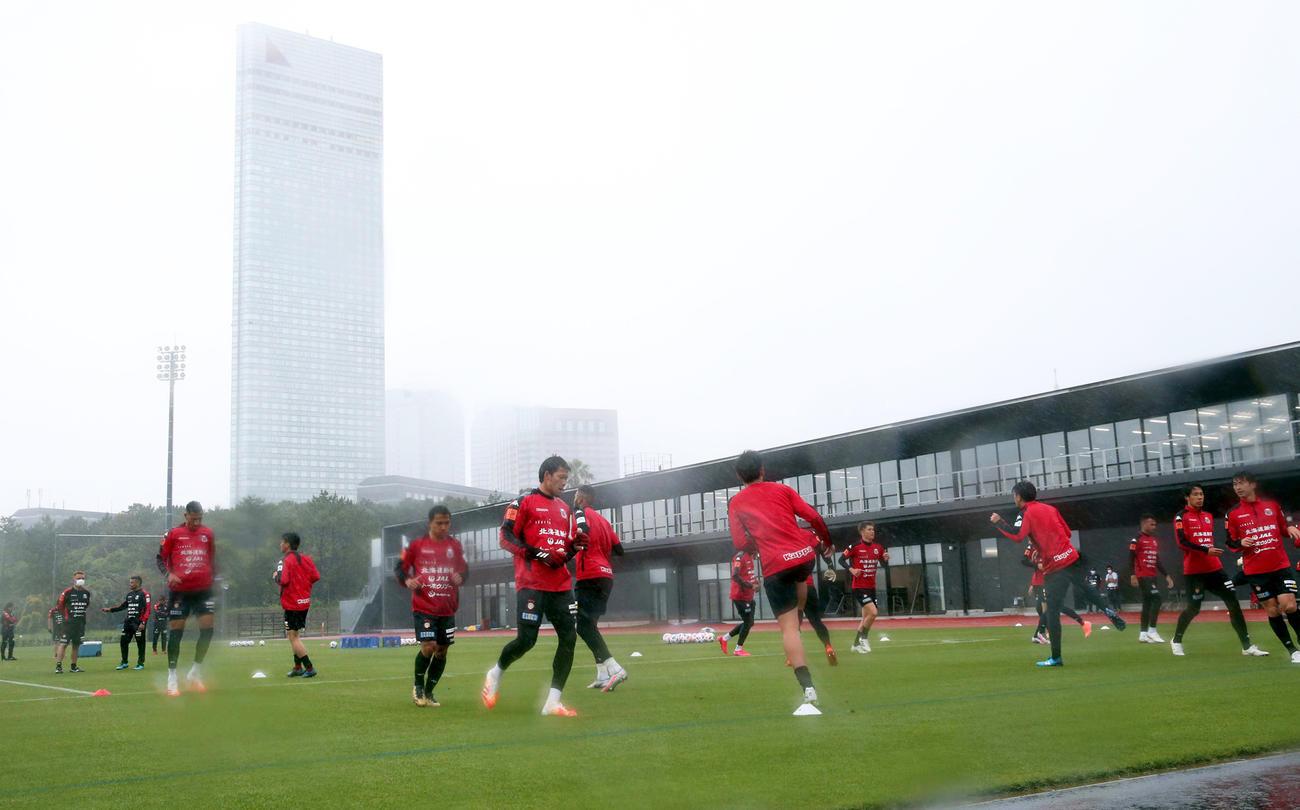 強い風雨の中、高円宮記念JFA夢フィールドで合宿をスタートさせた札幌の選手たち(撮影・黒川智章)