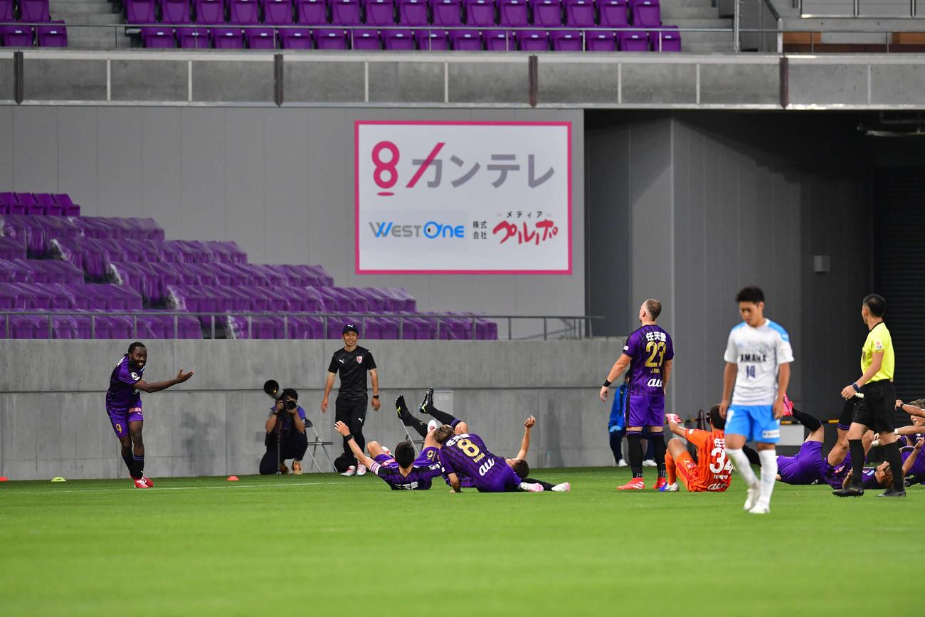 後半2分、この試合2度目のゴールを決め、京都イレブンとボウリングパフォーマンスをするFWウタカ(左)(撮影・岩下翔太)