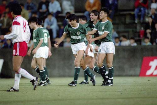 90年10月、三ツ沢球技場で行われた日本リーグ開幕戦の読売クラブ-NKK戦で、後半20分、読売クラブMF武田(左端)のゴールをアシストしたカズ(右端)は喜び合う