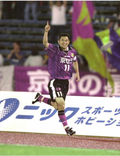 00年5月、J1神戸戦でJリーグ通算100ゴールを決め、ファンの声援に応える京都カズ