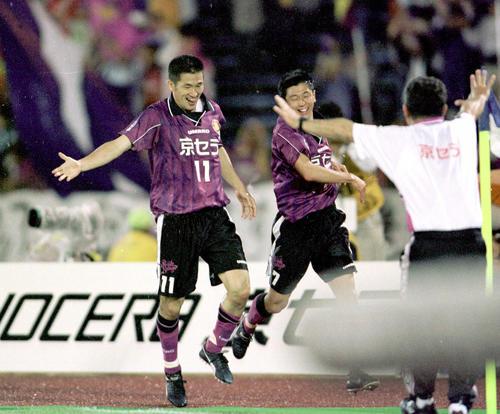 00年5月13日、Jリーグ(J1)・第1ステージ・第12節 京都対神戸 後半44分に自身の通算101ゴール目となる決勝ゴールを決め、ベンチの祝福を受ける京都・三浦知良
