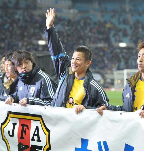 11年3月29日、ゲーム終了後サポーターの声援に応えるJリーグ選抜カズ(撮影・たえ見朱実)