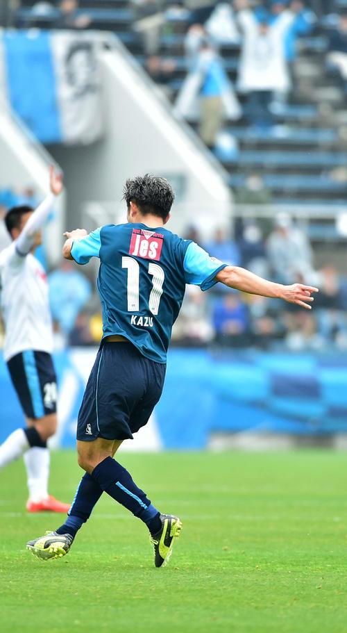 15年4月5日、横浜FC対磐田 前半、横浜FCのFWカズ(三浦知良)は先制ゴールを奪いカズダンスを披露する