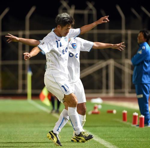 15年6月28日、水戸対横浜FC 後半終了間際、ゴールを決めた横浜FC・FWカズ(三浦知良=手前)は、ダンスを披露