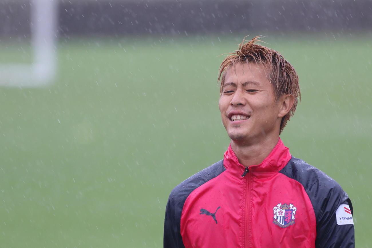 雨中の練習でも笑顔のC大阪FW柿谷(C)CEREZO OSAKA