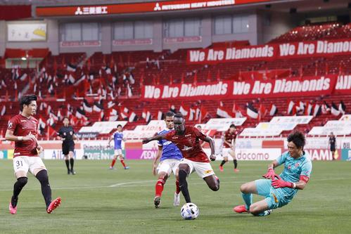 新型コロナウイルスの影響による中断が明け、約4カ月ぶりに再開したサッカーJ1浦和―横浜M戦。無観客の会場に熱戦が戻った(共同)