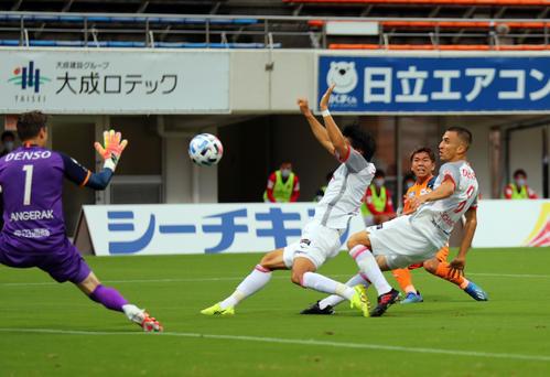 清水対名古屋 前半、ゴールを決める清水MF金子(右から2人目)(撮影・大野祥一)