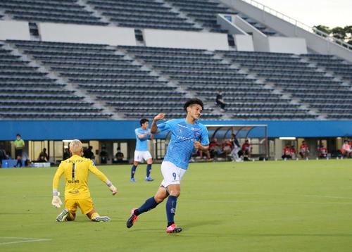 横浜FC対札幌 前半、同点ゴールを決めた横浜FC・FW一美(撮影・江口和貴)