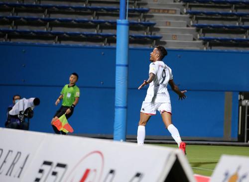 横浜FC対札幌 後半、この日、自身2点目のゴールを決め喜ぶ札幌FW鈴木(撮影・江口和貴)