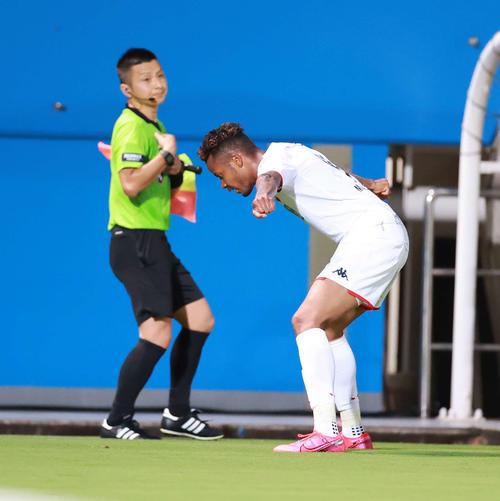 横浜FC対札幌 後半、この日、自身2点目のゴールを決めポーズを決める札幌FW鈴木(撮影・江口和貴)