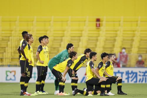FC東京との試合前、一定の距離を保ち集合写真に納まる柏イレブン(共同)