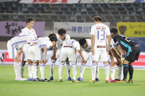 湘南対仙台 試合前、手や肩を組まず選手間の接触をせずに円陣を組む仙台の選手たち(撮影・垰建太)