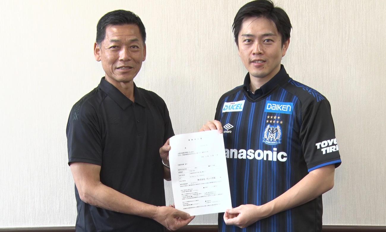 G大阪小野忠史社長(左)が吉村洋文・大阪府知事を訪問して寄付の報告を行う(C)GAMBAOSAKA