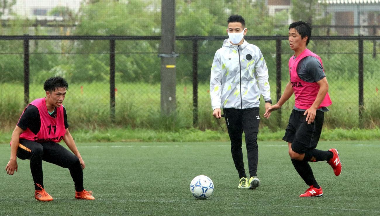 鋭い視線で、選手の動きをチェックする大森氏(左)(撮影・永野高輔)