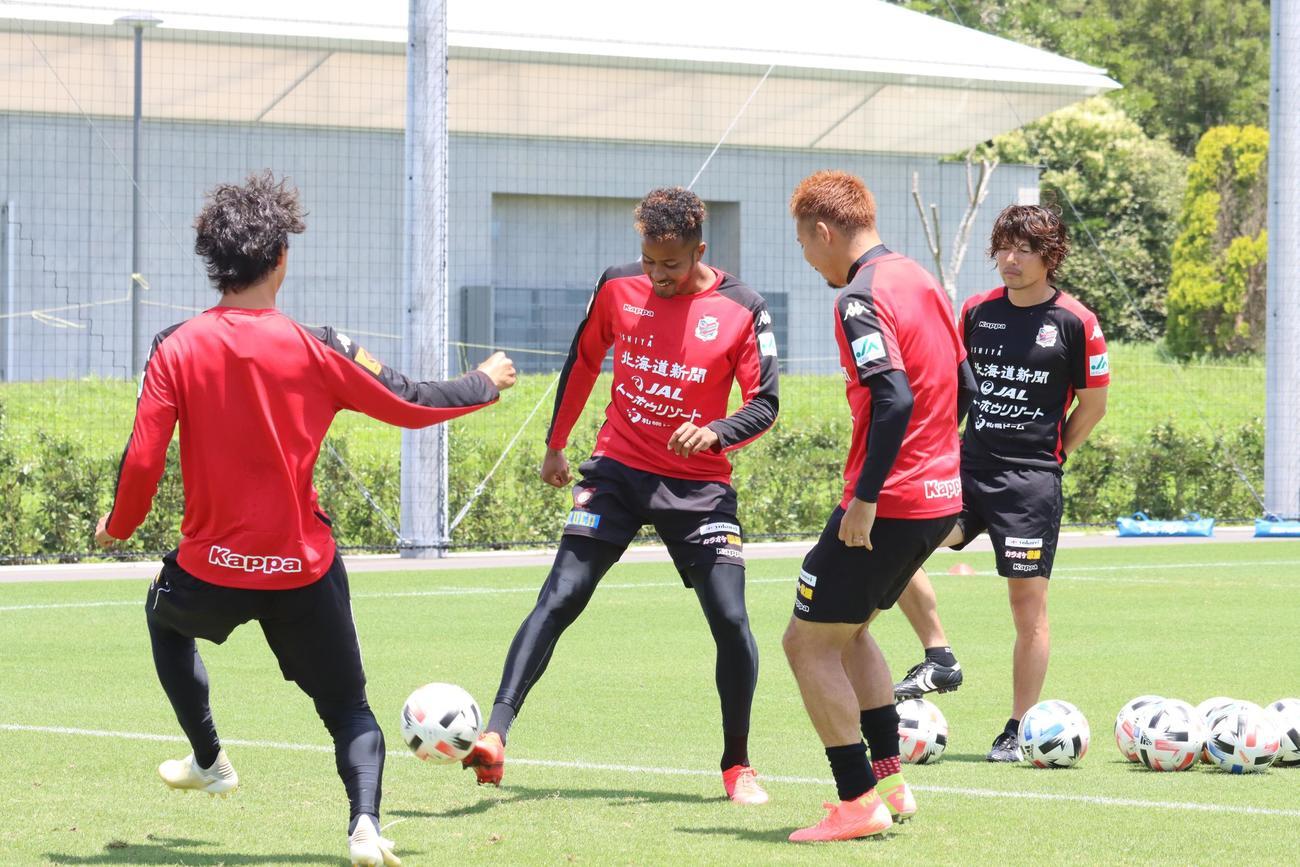 ボール回しに参加する札幌FW鈴木(左から2人目)(撮影・保坂果那)