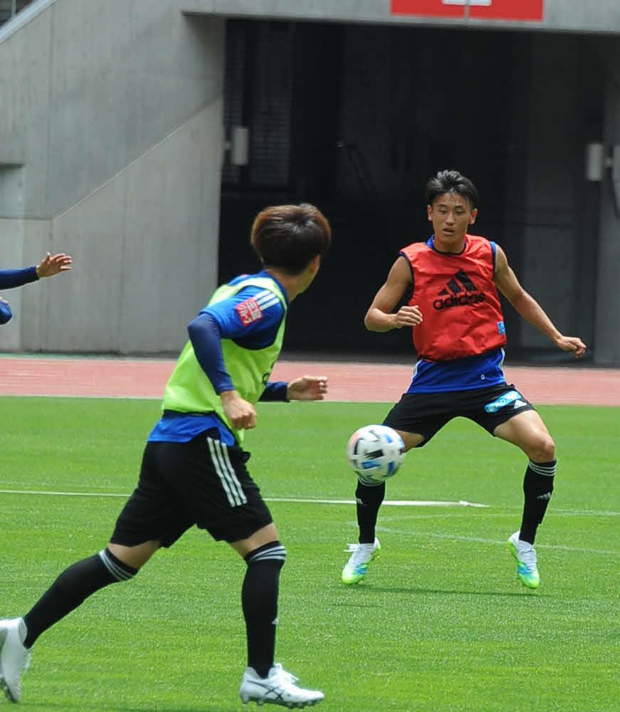 前日練習でのポゼショナルゲームに参加するする新潟MF秋山(右)