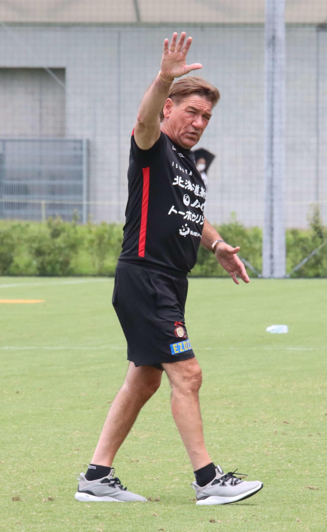 練習を終え、手を振ってグラウンドを後にする札幌ペトロビッチ監督(撮影・保坂果那)