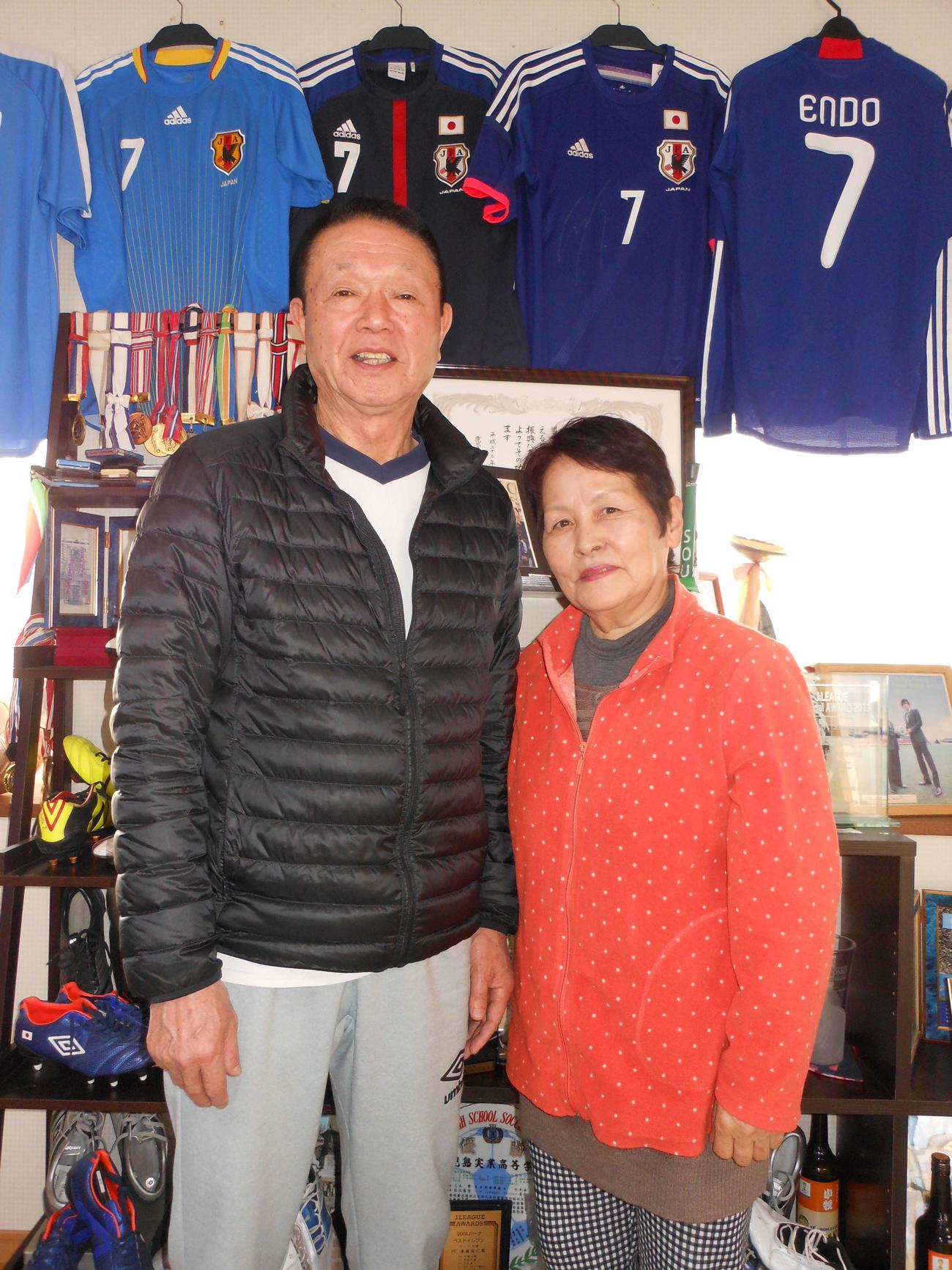 G大阪MF遠藤の記録を喜ぶ父武義さん(左)と母ヤス子さん(20年2月撮影)