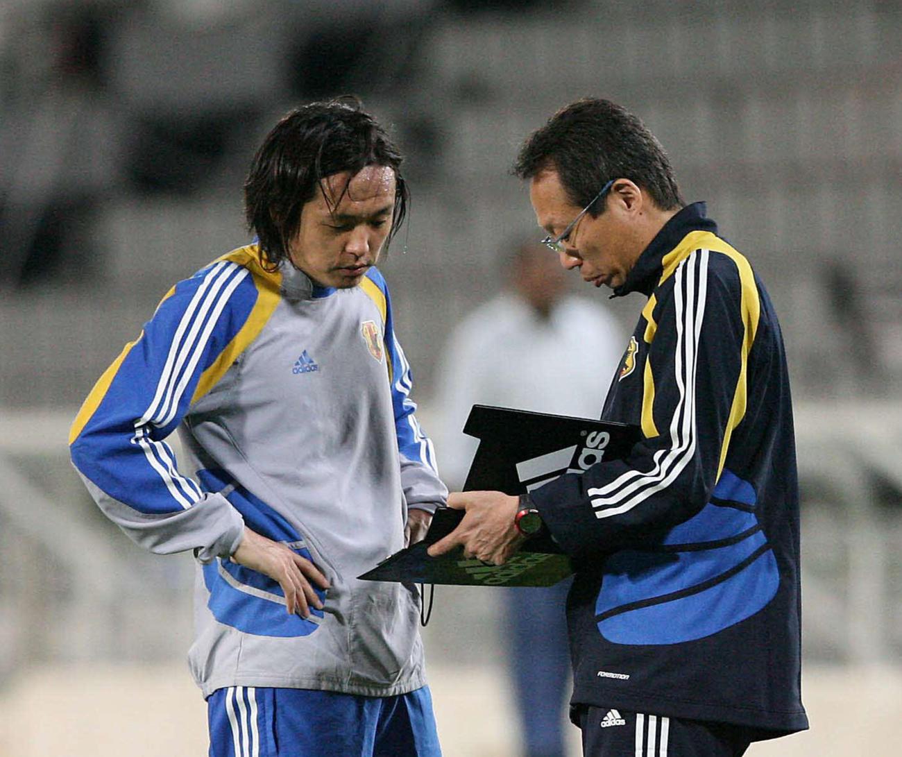 日本代表で監督を務めていた岡田武史氏は遠藤保仁と話をする(2008年11月18日)