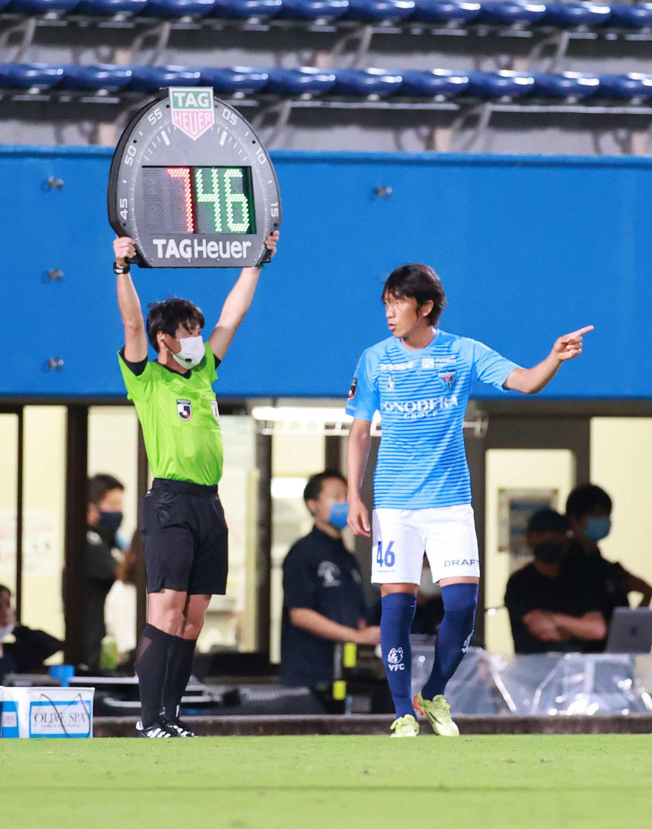 横浜FC対札幌 後半、5人目の交代出場する横浜FC・MF中村(右)(撮影・江口和貴)