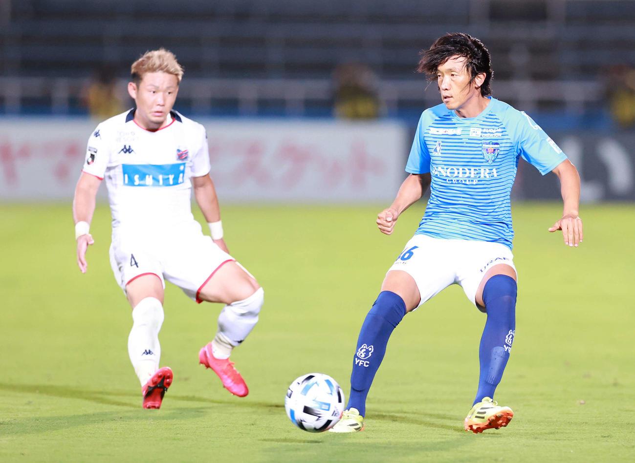 横浜FC対札幌 後半、パスを受ける横浜FC・MF中村(右)(撮影・江口和貴)