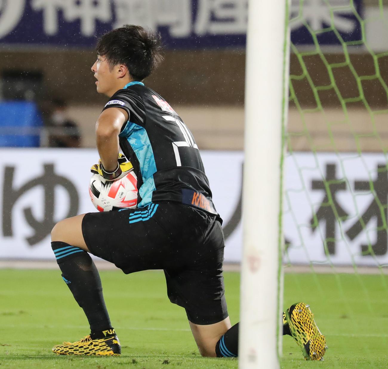 湘南対仙台 前半、こぼれ球を難なく処理する仙台GK小畑(撮影・垰建太)