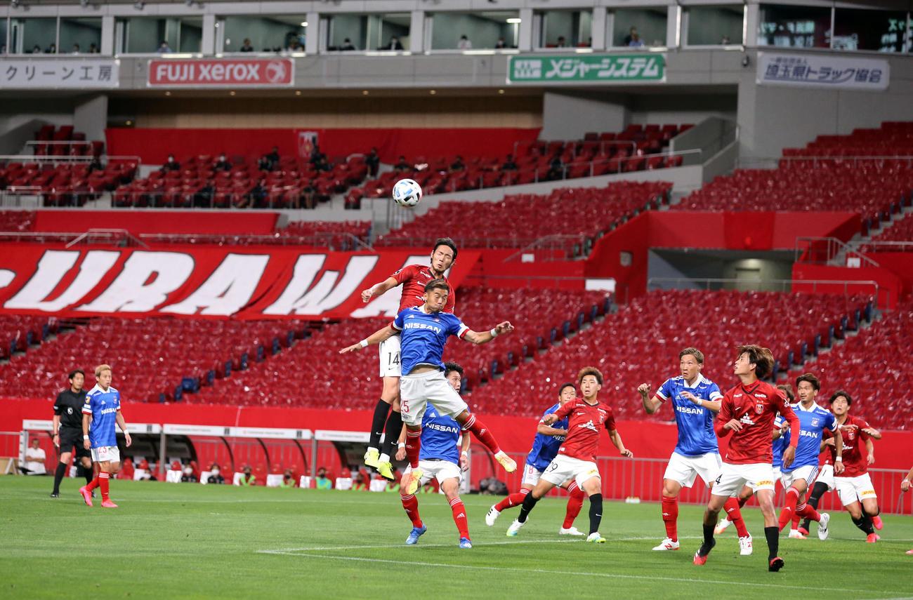 浦和対横浜 前半、赤いスタンドを背に、セットプレーで競り合う浦和FW杉本(中央上)と横浜DF小池ら両イレブン(撮影・浅見桂子)