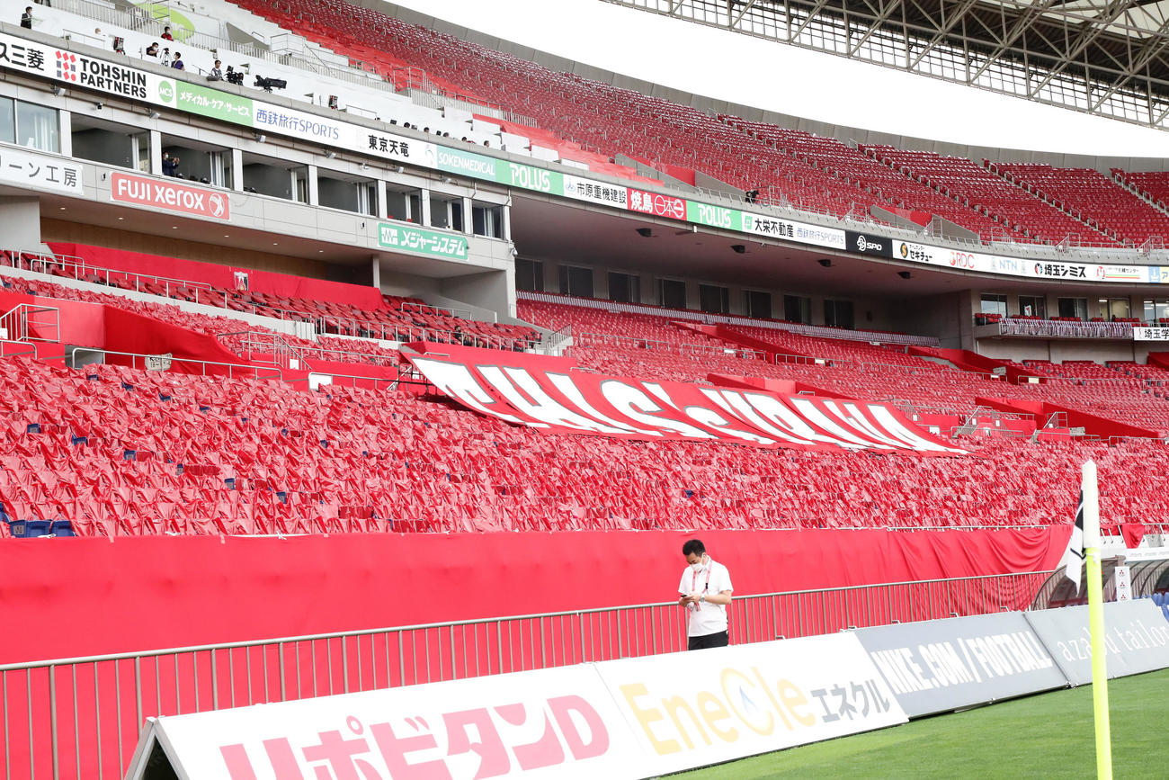 浦和対横浜 無観客での再開となった埼玉スタジアムでは、赤、白のビニールをシートにかけレッズ色に染めた(撮影・浅見桂子)