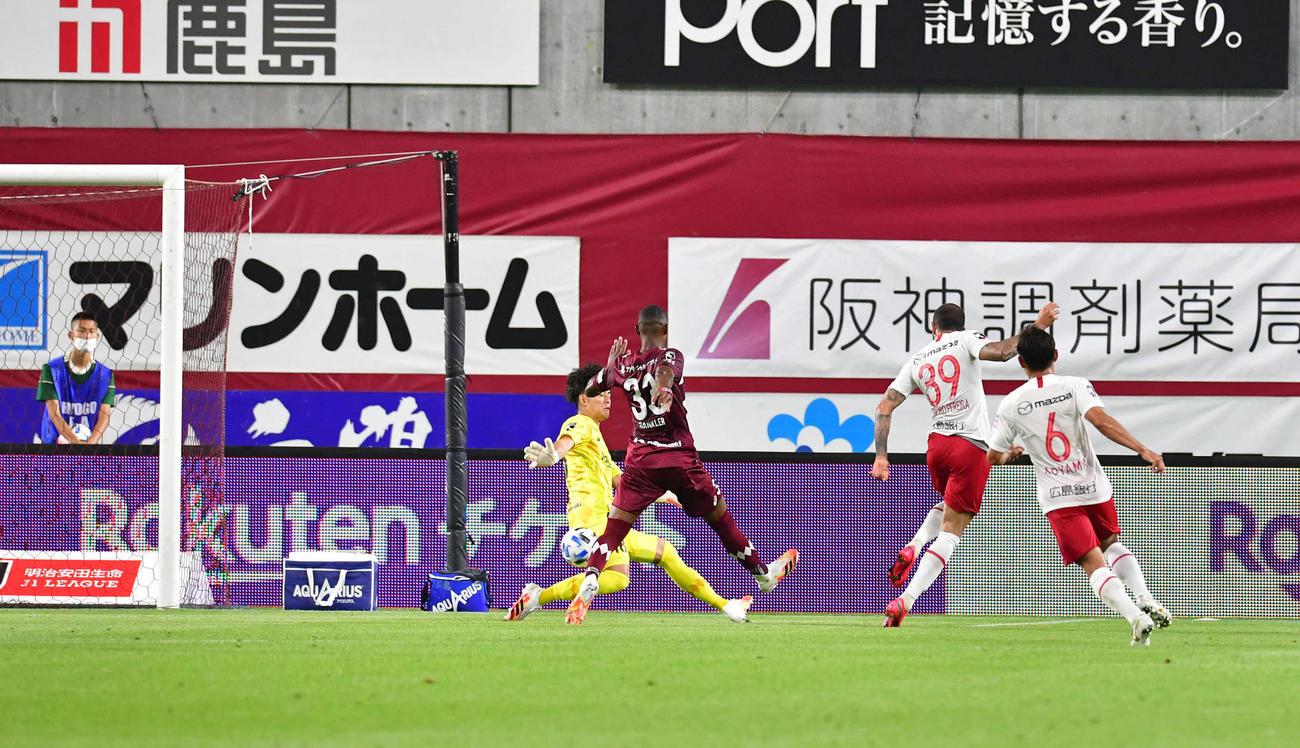 神戸対広島 後半36分、この試合2点目となるゴールを決めた広島FWレアンドロ・ペレイラ(右から2人目)(撮影・岩下翔太)