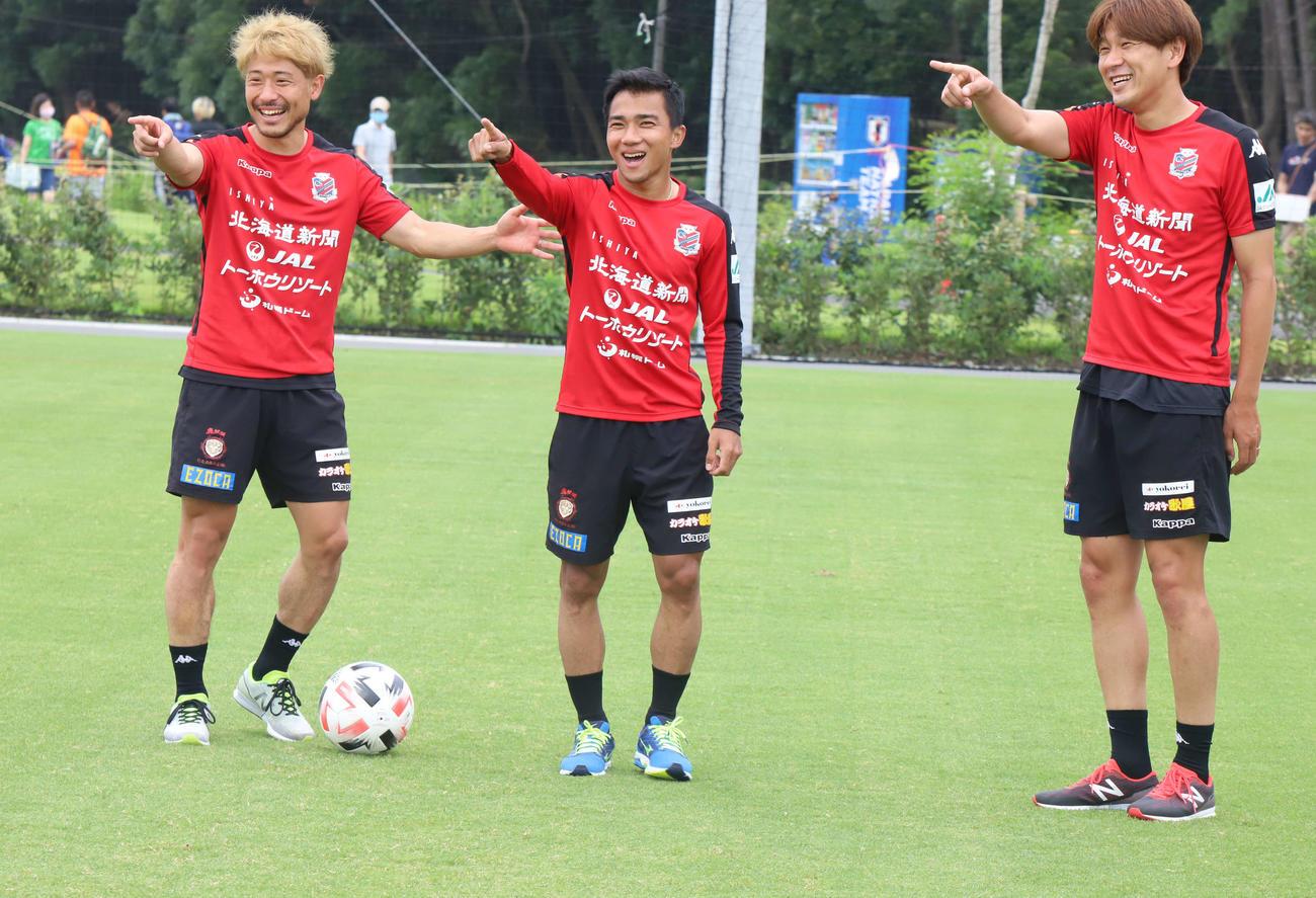 横浜FC戦から一夜明け、リカバリーをする札幌MFチャナティップ(中央)と左はMF白井、右はMF宮沢(クラブ提供)