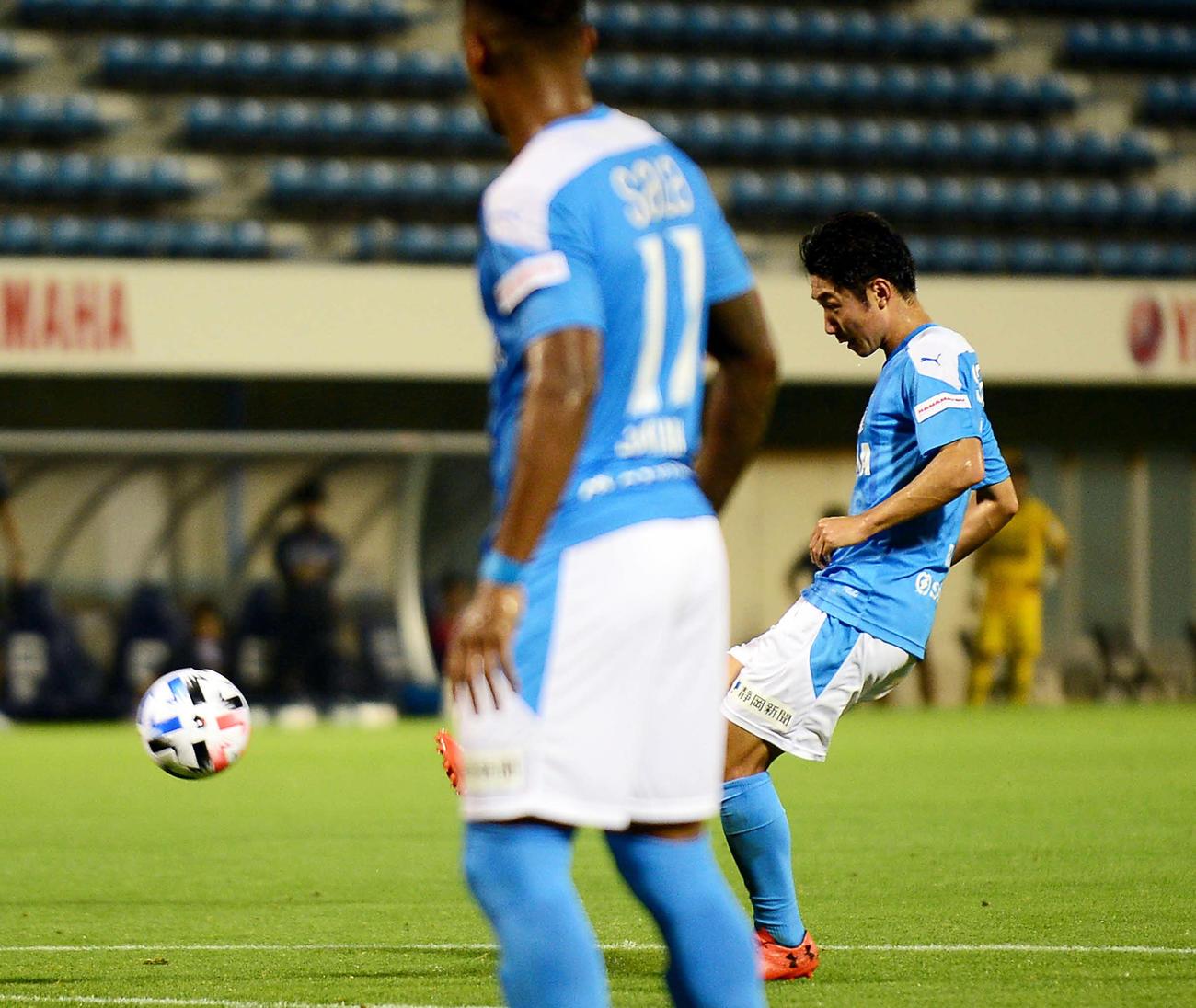 後半25分、FKで同点ゴールを決める磐田MF上原(撮影・前田和哉)