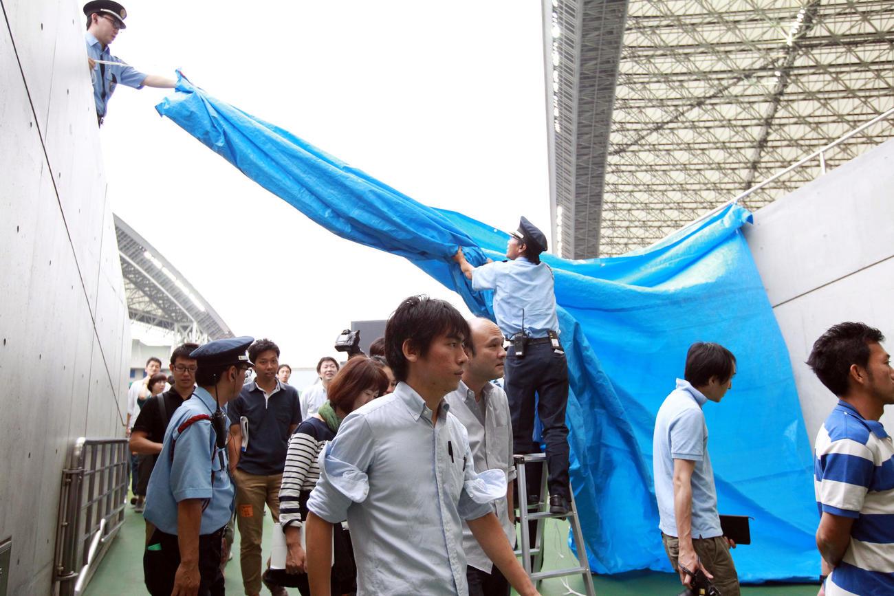 日本代表が非公開練習を行うため、ピッチ外に出される報道陣(15年撮影)