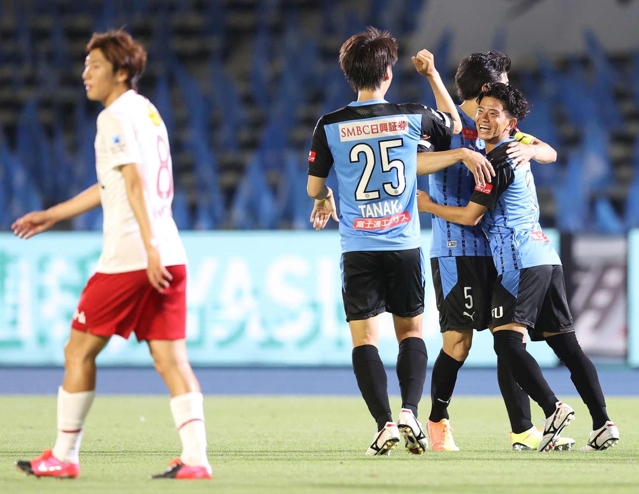 4日の川崎F戦、2点目のゴールを川崎F長谷川(右)に決められる