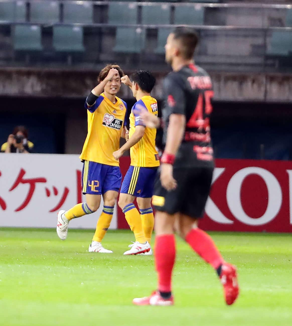 仙台対浦和 後半、同点ゴールを決めた仙台FW山田(左)はエアグータッチ(撮影・浅見桂子)