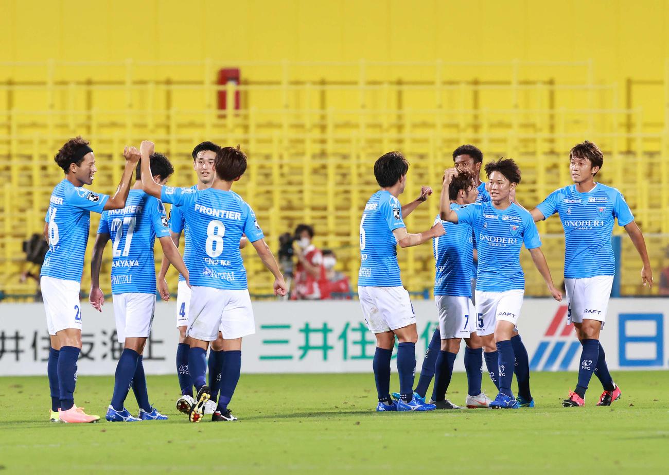 柏対横浜FC 柏に勝利しタッチをかわす横浜FCイレブン(撮影・江口和貴)