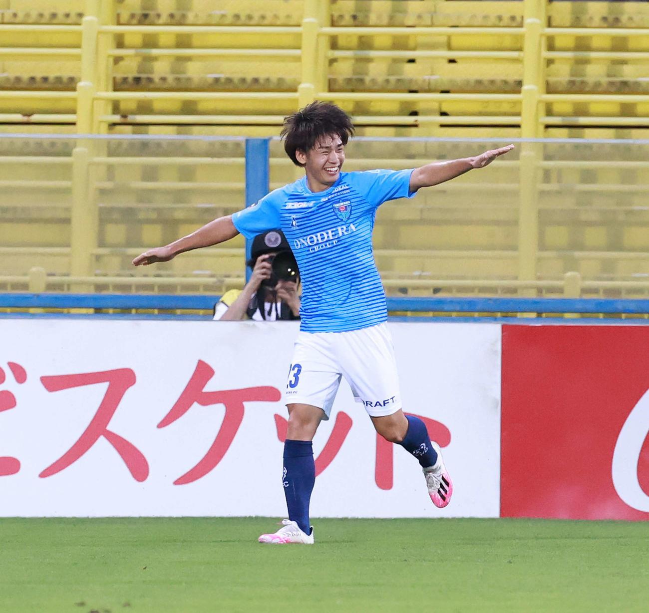 柏対横浜FC 前半、先制ゴールを決め笑顔でポーズを見せる横浜FC・FW斉藤(撮影・江口和貴)