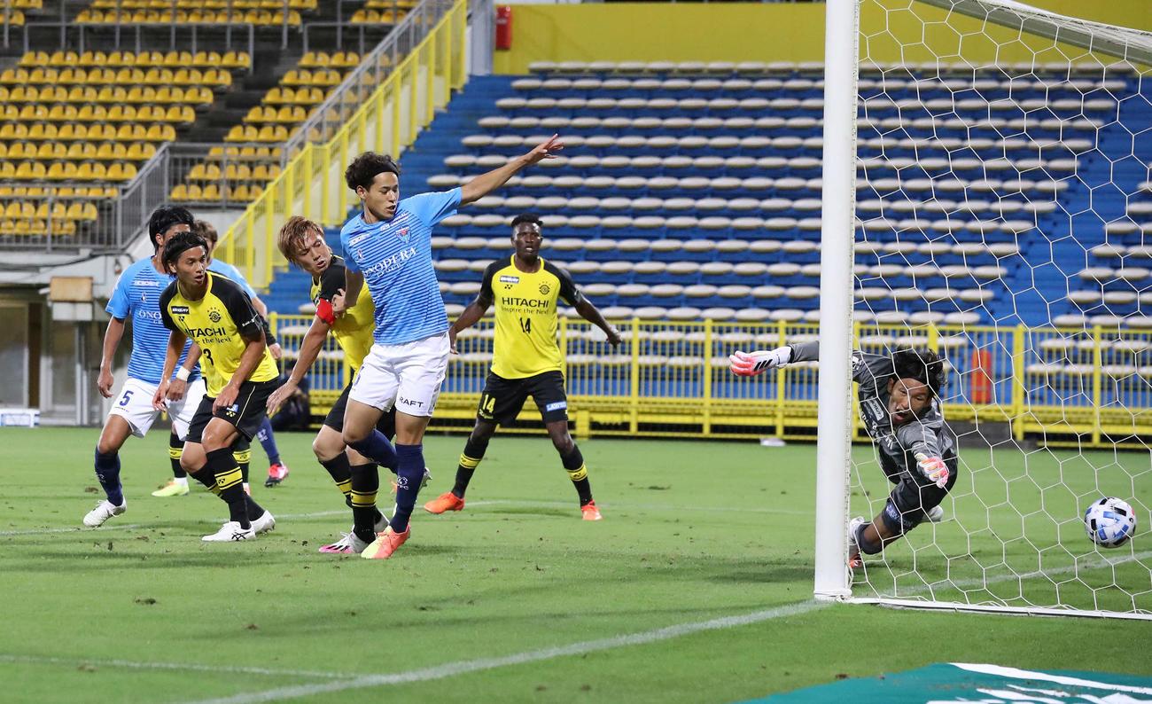 柏対横浜FC 後半、柏DF染谷(左から3人目)のクリアミスでオウンゴールとなる(撮影・江口和貴)