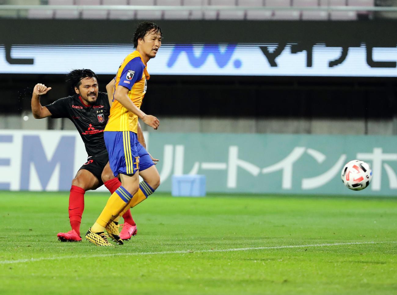 仙台対浦和 後半、勝ち越しゴールを決める浦和FW興梠(左)(撮影・浅見桂子)