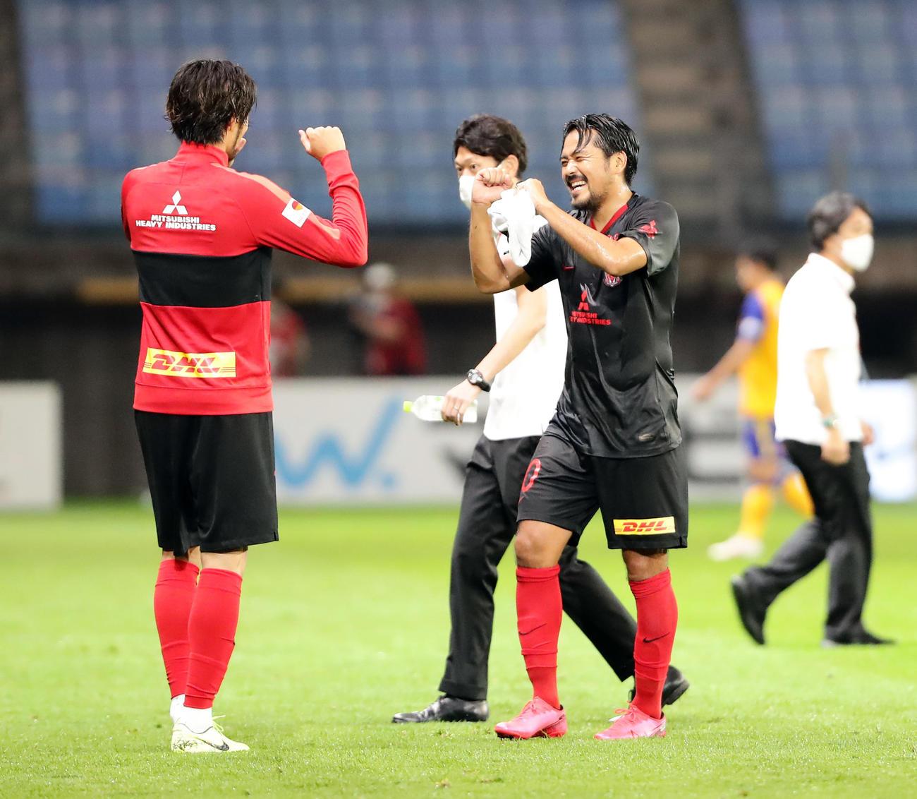 仙台対浦和 2-1で勝利を決めた瞬間、後半、勝ち越しゴールを決めた浦和FW興梠(右)は笑顔を弾けさせてイレブンとガッツポーズで喜ぶ(撮影・浅見桂子)