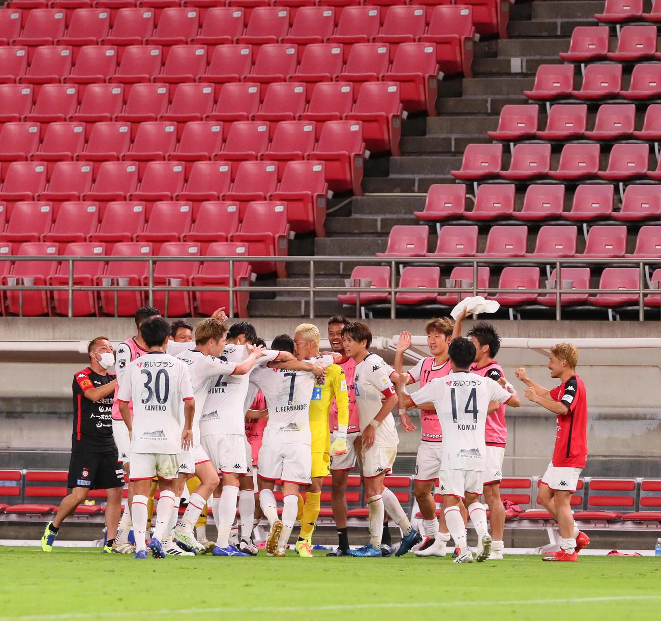 鹿島対札幌 後半、札幌MFルーカスの追加点を抱き合い喜ぶイレブン(撮影・足立雅史)