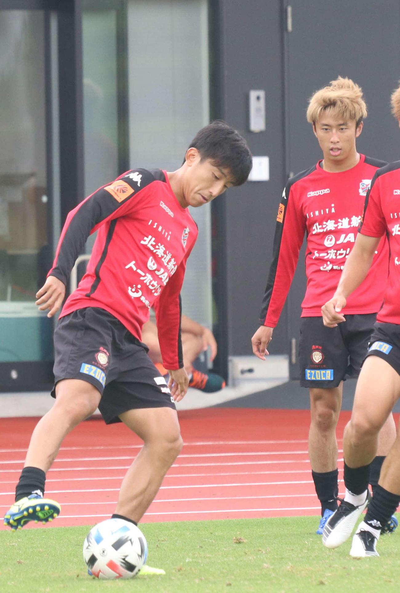 練習で汗を流す札幌MF金子(左)(撮影・浅水友輝)