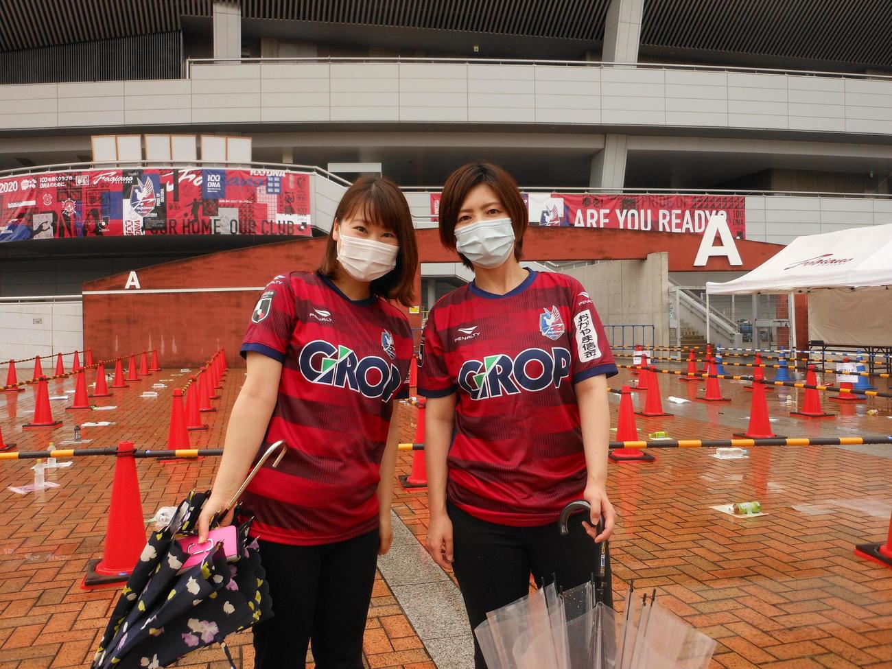 再開後初の有観客試合となるJ2岡山-北九州の試合前、本拠Cスタの前で喜ぶ岡山サポーターの三宅希奈さん(左)と佐藤美鈴さん