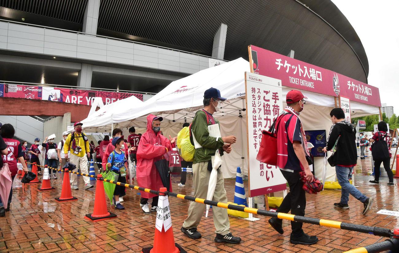 J2岡山対北九州 シティライトスタジアムへ入場するサポーター(撮影・岩下翔太)