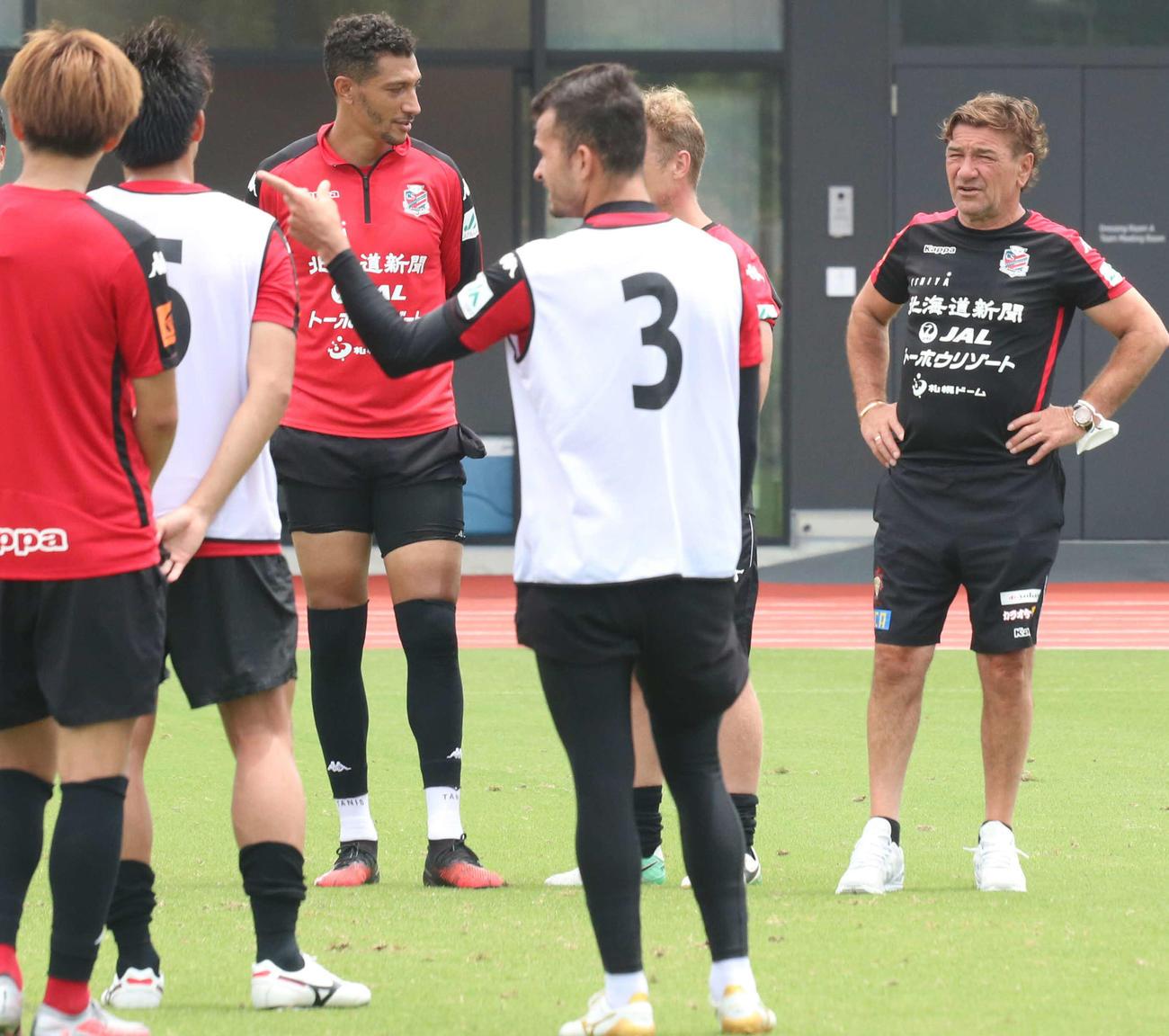 練習後に選手たちを見つめる札幌ペトロビッチ監督(右端)(撮影・浅水友輝)