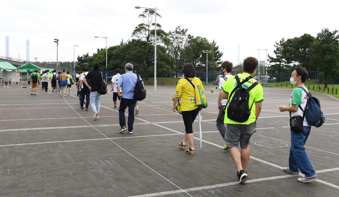 千葉対栃木 間隔を空けて入場の列に並ぶサポーター(撮影・鈴木みどり)