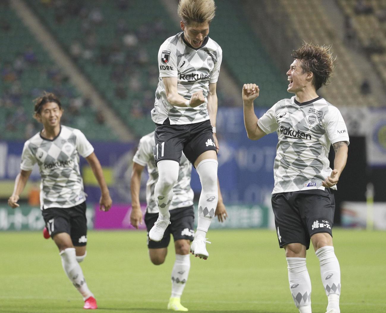 前半、先制ゴールを決め、跳び上がって喜ぶ神戸FW古橋(中央)(共同)