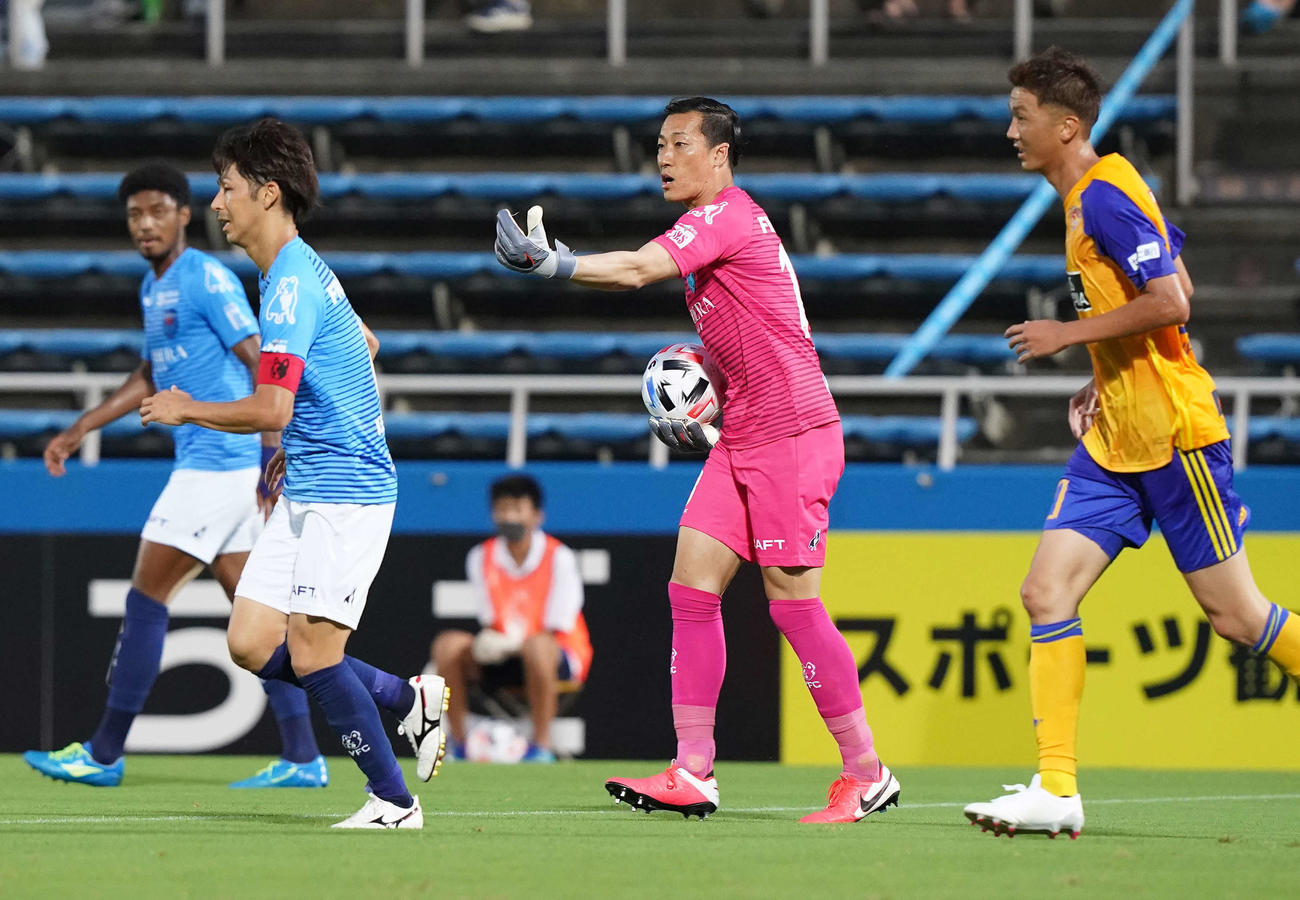 横浜FC対仙台 前半、途中出場した横浜FC・GK南(中央)(撮影・江口和貴)
